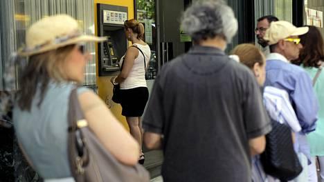 Ennen kuin pankit suljettiin ja nostorajoitukset astuivat voimaan, kreikkalaiset ehtivät nostaa pankeista miljardeja euroja.