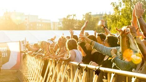 Ihmiset tungeksivat esiintymislavan edessä Tammerfesteillä 24. heinäkuuta 2021.
