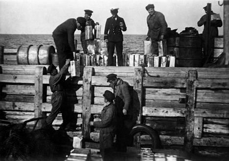 Takavarikoituja viinakanistereita lastataan Helsinkiin kuljetusta varten vuonna 1932.