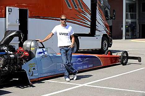 Kiihdytysautoilu on Janne Ahosen rakas harrastus.