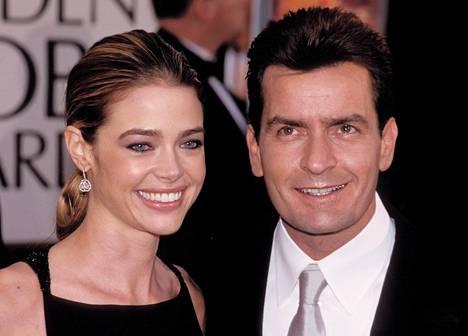 Charlie Sheenin ja Denise Richardsin liitto kesti vuodesta 2002 vuoteen 2006. Heillä on kaksi tytärtä. Richards on kuvaillut elämän Sheenin olleen yhtä sekoilua. –Se oli hyvin synkkää aikaa ja hyvin myrkyllistä. Hain avioeroa kun olin kuudetta kuukautta raskaana, Richards on sanonut.