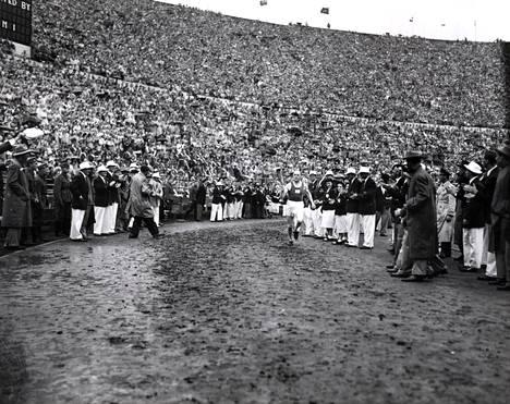 Paavo Nurmi toi olympiatulen Helsingin Olympiastadionille vuonna 1952.