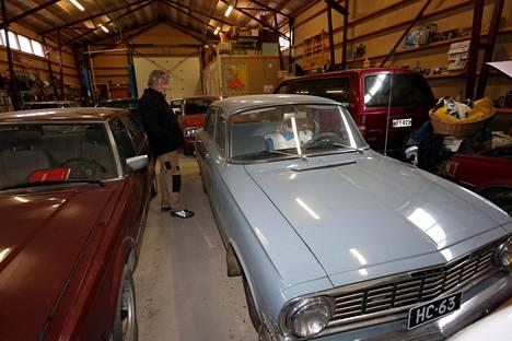 Ensimmäiset ajokilometrit 1960-luvun alussa taittuivat brittiläisellä Vauxhall Victorilla. Japanilaiset autot tekivät vasta tuloaan.