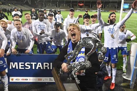 HJK juhli ykkösenä. Mestaruuspatsasta nostamassa päävalmentaja Toni Koskela.