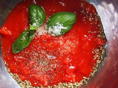 Valitse laadukas tomaattimurska, missä ei ole lisättyä nestettä. Vetinen kastike tekee pizzasta kostean.