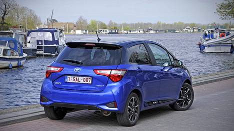 Uudistunut Yaris maksaa edullisimmillaan reilut 15 000 euroa, mutta hinnasto venyy yläpäästään lähemmäs 25 000:een. Hinnaston yläpäätä edustavaa hybridiversio, joka on kolmisen tuhatta kalliimpi kuin edullisin, noin 20 000 euroa maksava hybridi.