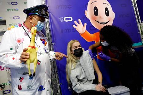 Rokotustilanteessa käytetään apuna myös huumoria. Klovni seuraa rokotustilannetta.