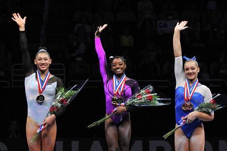 Kuvassa Maggie Nichols (oik.), Simone Biles (kesk.) ja Kyla Ross P&G-mestaruuskisoissa 2014. Nicholsin lisäksi myös olympiavoittajat Biles ja Ross ovat kertoneet joutuneensa Nassarin hyväksikäytön uhreiksi.