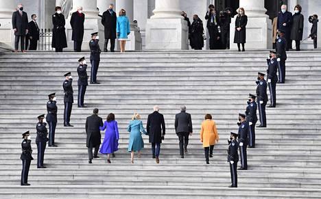 Varapresidentti Kamala Harris, ensimmäinen nainen Jill Biden, presidentti Joe Biden, Missourin senaattori Roy Blunt sekä Minnesotan senaattori Amy Klobuchar saapuivat virkaanastujaisiin.