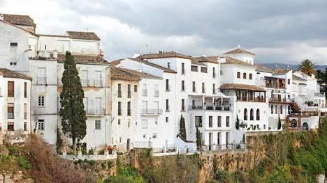 Jyrkänteen reunalle tehtyjä vanhankaupungin rakennuksia on kunnostettu hotelleiksi ja ravintoloiksi. Hotel Montelirion tasokkaasta Albacara-ravintolasta avautuvat hienot näköalat rotkoon.