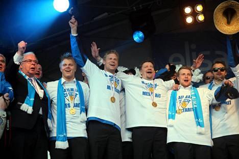 HIFK-siirto ei ollut enää puheenaiheena, kun Kalervo Kummola (vas.) ja Mikael Granlund pistivät jalalla koreasti Leijonien palattua Bratislavan kisoista maailmanmestareina.