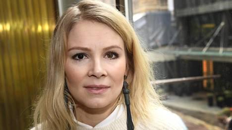 Pamela Tola on kertonut ohjaaja Aku Louhimiehen käytöksestä elokuvia tehdessä.