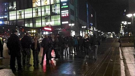 Fanit jonottivat Nightwish-tempaukseen Helsingin kampissa keskiyöllä.