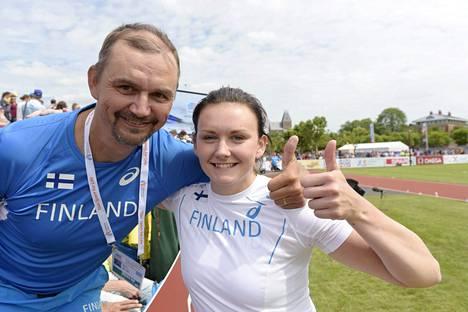 Jenni Kangas ja hänen valmentajaisänsä Hannu näyttivät peukkua onnistuneen karsintakisan jälkeen.