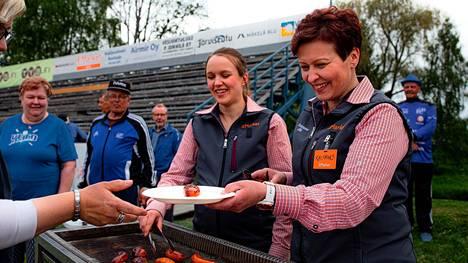 Vimpelin K-Market Vedon kauppiaat Mari Takala ja Ulla Laakso osallistuvat aktiivisesti kylän tapahtumiin.