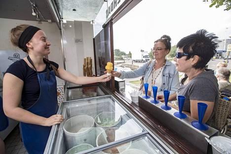 Eiranrannassa Annette ja Tina Magille jäätelöä tarjoilee jäätelösuvun neljäs sukupolvi eli Carolina Jansson.