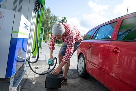 Helsinkiläinen Olli Krogerus, 42, poikkesi asemalle ostamaan polttoainetta uuteen veneeseen, joka oli juuri saapumassa Keski-Suomesta.