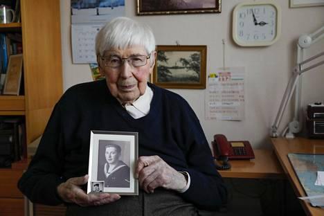Ylimatruusi Lauri Pätäri,97, sai kesällä 1940 odottamatta siirron laivastoon. Hän päätyi Ilmariselle I-jaokseen 105 mm tykin lukkomieheksi.