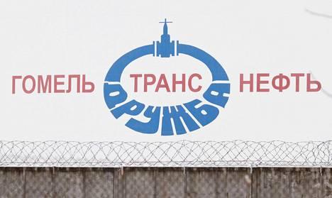 Venäjä ja Valko-Venäjä ovat kiistelleet muun muassa öljystä. Kuvassa öljytankki Druzhba-putken luona Mazyrissa Valko-Venäjällä. Putki kuljettaa öljyä Venäjältä Valko-Venäjän kautta Eurooppaan.