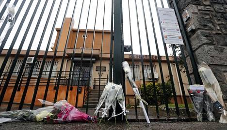 Ihmiset toivat kukkia Ranskan poliisilaitoksen edustalle lauantaina. Neljä ihmistä kuoli ja 16 haavoittui perjantain terrori-iskussa.