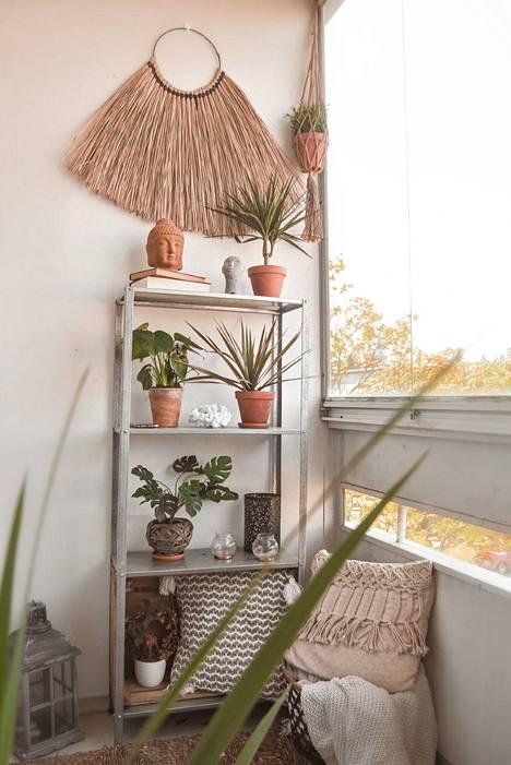 Betoniseinää voi pehmentää verhojen lisäksi myös koristeilla.
