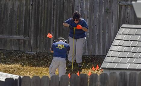 Epäillyn pihamaalta Citrus Heightsin kaupunginosassa etsitään todisteita rikoksiin.