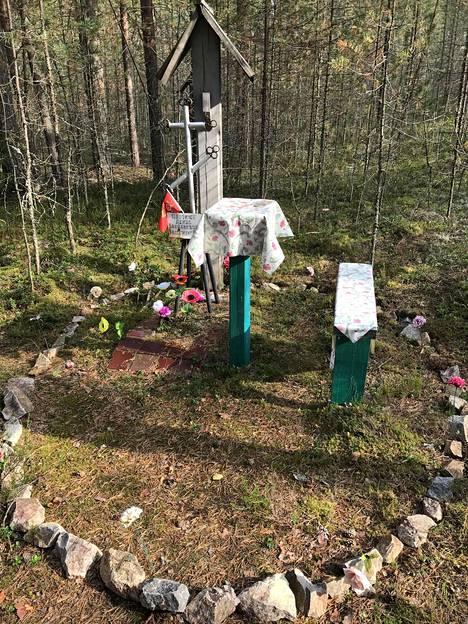 Sandarmohiin maastossa joukkohaudat erottuvat painaumina. Stalinin vainouhrien sukulaiset ovat pystyttäneet mäntymetrikköön useita muistomerkkejä.