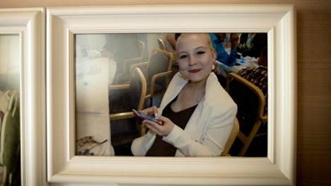 Joukkuevoimistelua harrastanut Emmi Kaikumaa sairastui 17-vuotiaana anoreksiaan. Hän kuoli lääkemyrkytykseen kuukausi ennen 22-vuotissyntymäpäiväänsä.