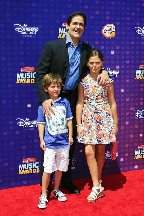 Mark Cuban poikansa Jaken ja tyttärensä Alyssan kanssa Radio Disney Music Awards -tapahtuman punaisella matolla Los Angelesissa 2016.