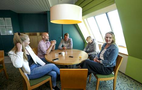 Perhe Nyman: Iida, Pekka, Eetu, Aatu ja Tanja.