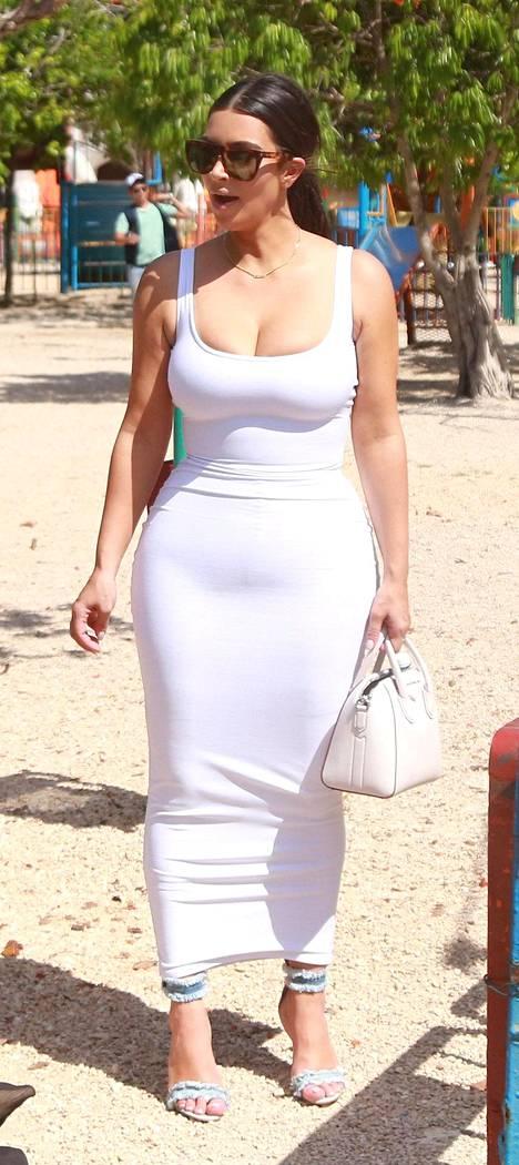 Kim edusti Kuubassa tyrmäävänä piukassa, valkoisessa mekossa.