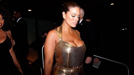 Plusmalli Ashley Graham juhli kultaisessa pikkumekossa Met-gaalan jatkoilla toukokuun alussa.