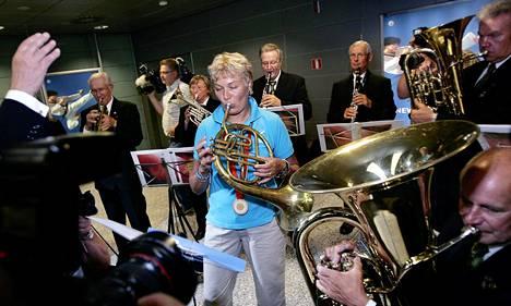Tuore olympiavoittaja sai Helsinki-Vantaan lentokentällä komean vastaanoton elokuussa 2008. Hän pääsi myös itse osallistumaan onnittelufanfaareihin.