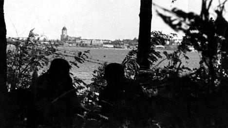 Suomalaiset asemissa Viipurin menetyksen jälkeen. Jatkosodan aikana kuvan julkaiseminen kiellettiin.