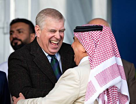 Andrew vitsaili rentoutuneena Bahrainin kuninkaan kanssa vielä toukokuussa.