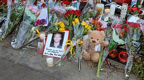 Santa Claritassa sijaitseva onnettomuuspaikka on täyttynyt fanien kukista ja kynttilöistä.