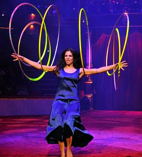 Salima Peippo esitti maailmalla vuosien ajan taidokkaita hulavanne- ja köysinumeroitaan.