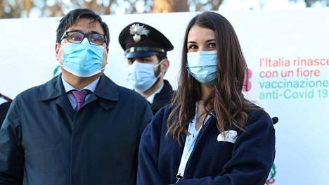 29-vuotias sairaanhoitaja Claudia Alivernini oli ensimmäinen Italiassa koronaa vastaan rokotettu henkilö. Kuva Roomasta 27. joulukuuta.