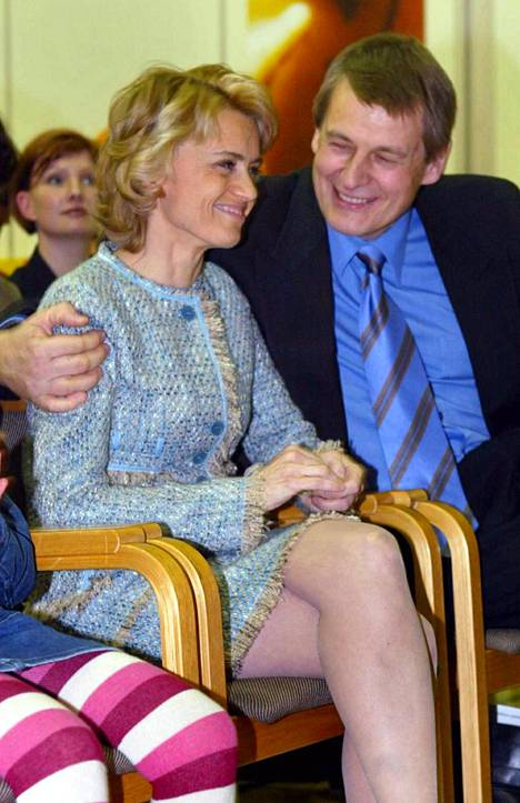 Niilo Räsänen on nähty myös julkisuudessa tukemassa Päivi-vaimoaan. Kristillisdemokraattien uudeksi puheenjohtajaksi valittu Päivi sai onnitteluhalauksen rinnallaan jännittäneeltä Niilolta lokakuussa 2004.