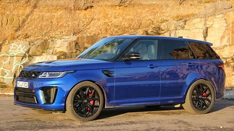 Range Rover Sport 5.0 V8 Supercharged SVR:n käyntiäänet eivät jätä kylmäksi. Bensakoneisen mallin keskikulutus on 15 l/100 km.Mallin -alkaen hinta on sievoiset 269 000 euroa, joka sisältää valtion pohjattomaan kassaan lyhentämättömänä menevää autoveroa peräti 125 000 euron edestä.