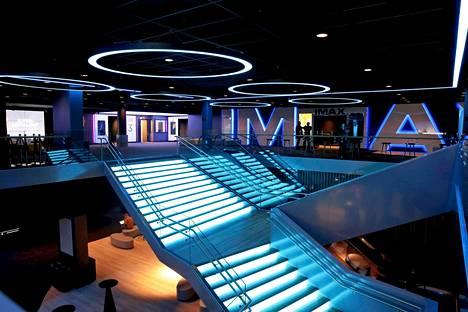 Itäkeskuksen kahteen kerrokseen rakennetun elokuvakeskuksen portaat hehkuvat sinertävää valoa.