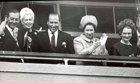 Kuningatar Elisabet kannusti laukkakisassa vuonna 1967. Hänen vasemmalla puolellaan kuvassa on lordi Porchester.
