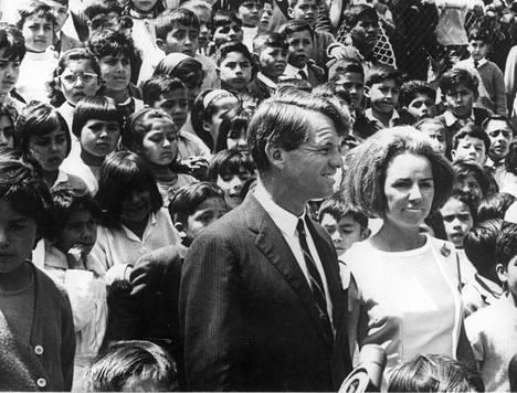 Robert F. Kennedy kampanjoimassa Ethel-vaimonsa kanssa.