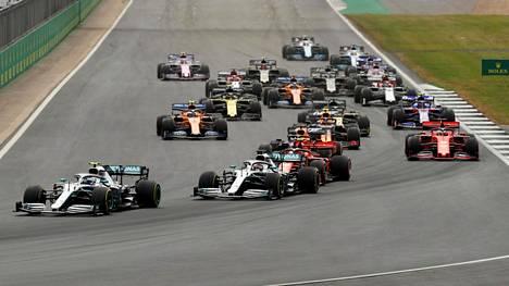 Tuttu näky viime vuosilta: Mercedekset, kuvassa Valtteri Bottas ja Lewis Hamilton, ovat autoletkan kärjessä.