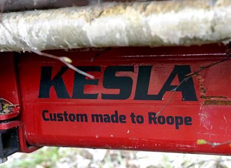 Lumilautailun ja skeittaamiseen lajikulttuuriin sponsorit kuuluvat olennaisesti. Siltä puolelta saatu oppi näkyy myös Roope Tonterin metsäkalustossa.