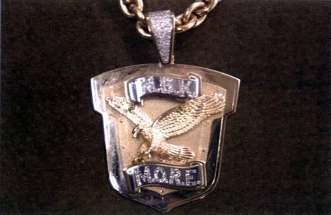 N.B.K oli tiiviissä yhteydessä M.O.R.E -rikollisjengiin. Jengin koruissa ja tatuoinneissa oli toistuvana symbolina kotka.–Nyt olen peittänyt tatuoinnin isolla ristillä, kertoo Johansson kirjassaan.
