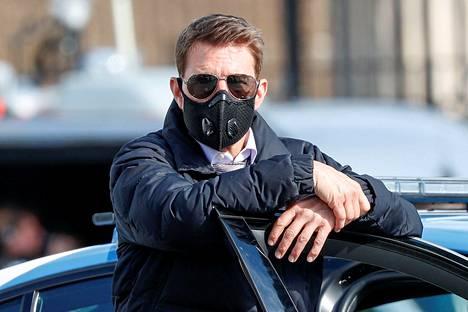 Tom Cruise vahtii tarkasti, että elokuvan tuotannossa työskentelevät noudattavat annettuja ohjeita turvaväleistä ja kasvomaskien käytöstä.