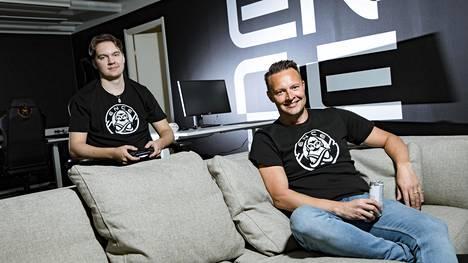 """ENCEn NHL-tähti Erik """"EKI"""" Tammenpää (vasemmalla) ja toimitusjohtaja Mika Kuusisto kuvattuna organisaation uudella toimistolla elokuussa 2020."""