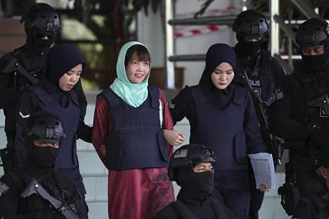 Huong näytti huojentuneelta poliisien taluttaessa häntä ulos oikeudesta.