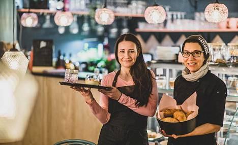 Eija Pakkanen ja Jo Ormos rakastuivat Lappiin. Korona ei pelottanut liikaa. He aloittivat kahvilayrittäjinä Äkäslompolossa haastavina aikoina.